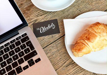 Fitnessblogger: Gimme Coffee - ein Kaffee und Croissant motivieren beim Arbeiten am Blog.