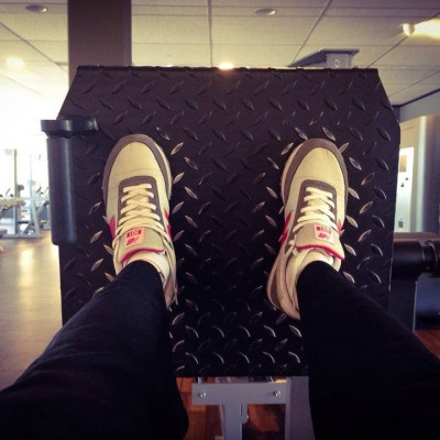 Beinpresse liegend im McFit - Die Beinpresse im Fitness Studio, um den Po und die Quads Muskeln (Oberschenkel) zu trainieren. Anleitung, Ausführung, welche Muskulatur? Gewichte richtig einstellen
