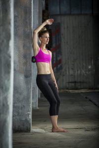 Nebenwirkungen beim Faszientraining (Faszienbehandlung) sind nicht zu unterschätzen. Heilmethode Tipps zum Schutz der Muskeln und Schmerz vorbeugen BLACKROLL-Latissimus-Rücken-Faszientraining