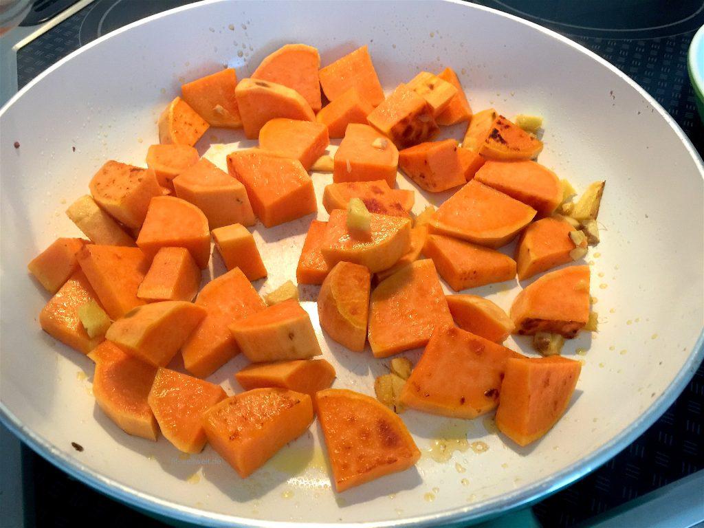 Süßkartoffel, Knoblauch und Ingwer in Koksöl anbraten