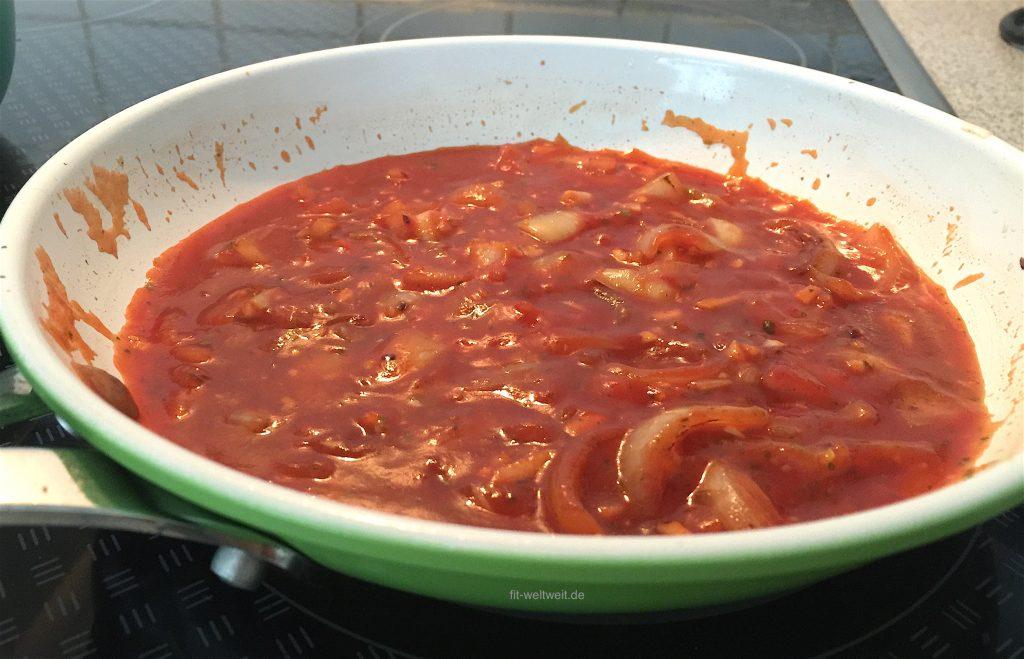 Dazu die schnelle, vegane Tomatensauce mitZwiebeln und Knoblauch.