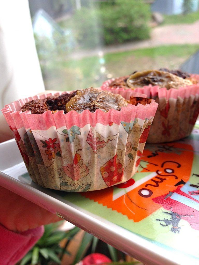 #Rezept: Frische Bananen #Schoko #Muffins mit Reismehl. Extra Trick für einen flüssigen Kern Wenn du möchtest, dass der Kern der Schokomuffins noch flüssig ist und er sozusagen noch eine saftige Schokofüllung hat, lasse die Muffins nur 10-12min im Ofen. Zutaten: 100g Reismehl 100g Haferkleie 3 reife #Bananen 1 Esslöffel Stevia/Xucker 2 Eiklar 2 Esslöffel Kakao Vanillin, Zimt ggf. Nüsse zum Dekorieren