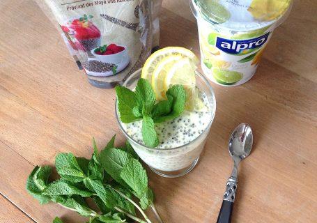 Frischer Chia Pudding mit Zitrone und Minze (vegan)