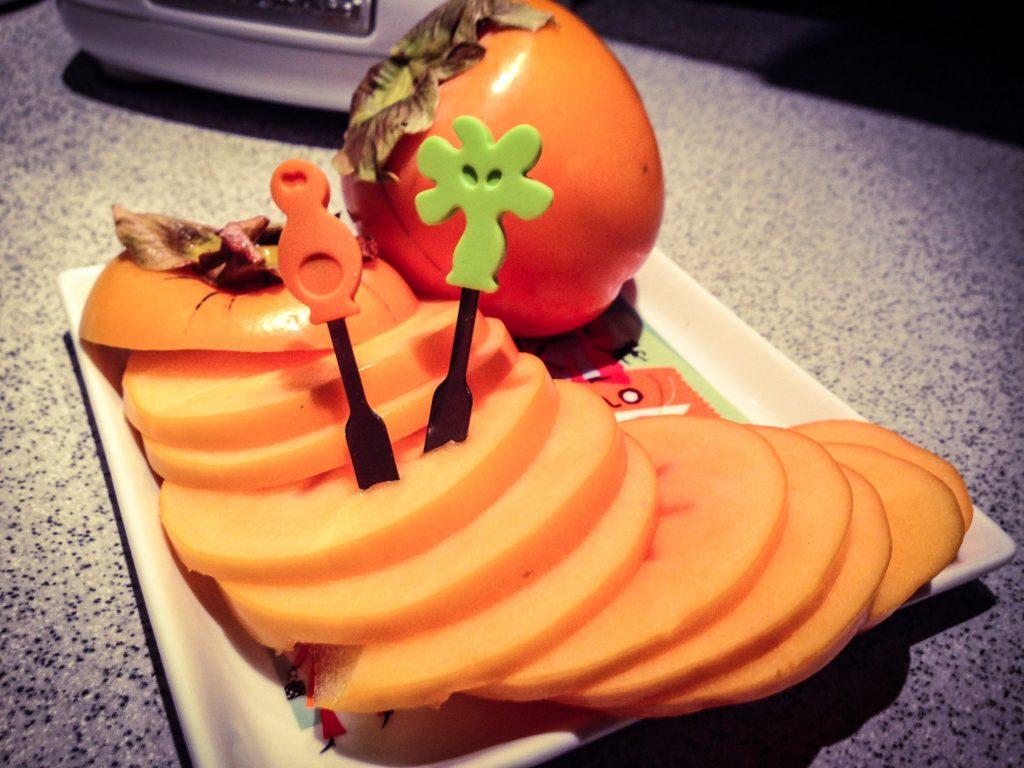 Die Sharonfrucht, besser bekannt als Kaki. Die perfekte Zwischenmahlzeit und Vitaminbombe.