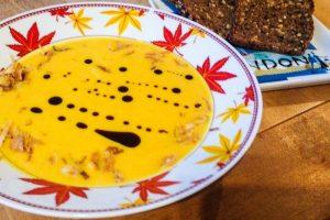 Vegane Kürbissuppe (Diät, low Carb). Rezept Kürbissuppe mit Karotten, Kokos und Sellerie. Super lecker und super schnell kannst du dieses Kürbis Rezept in deinen Alltag integrieren und den Herbst mit dieser Kürbissuppe so richtig genießen. Wenn du Diät machst, ist diese Suppe geeignet. Besonders abends ist sie gut verdaulich für deinen Magen. #Kürbissuppe #Suppe #Kürbis #Kokossuppe