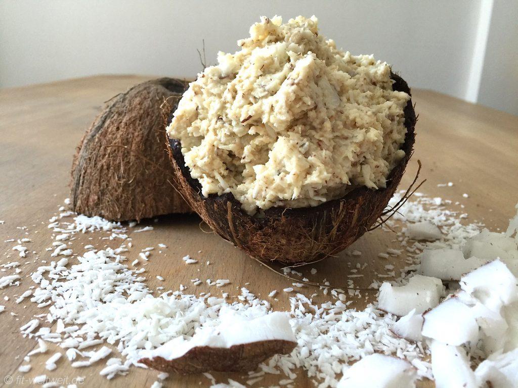 Heute geht es um das Superfood Kokos, die Inhaltsstoffe und Nährwerte, Vitamine, die in ihr stecken, wie du eine Kokosnuss öffnest, ob sie gesund oder ungesund ist, wie du sie essen kannst mit passenden Rezepten. Guten Morgen ihr Lieben. Um die Frucht der Kokospalme wird ja ein großer Wind gemacht.In Zeitschriften, auf Instagram und in Facebook lese ich, dass Kokos zu den Superfoods und Wundermitteln gehört. Und was diese Frucht alles kann und was nicht, habe ich mal zusammengefasst. Wassteckt tatsächlich hinter den Gerüchen um die Superfrucht? Der Trend Kokosmilch - was ist dran? Ernährungsexperten, Fitnesstrainer, Heilpraktiker, Hollywood-Promis und die Fitnessfans schwören auf die Wirkung von Kokos. Ganz Instagram ist voll von leckere Kokos Smoothies, Kokos-Chia-Pudding und in den Smoothies Bowls dürfen die weißen Flocken oder Raspeln auch nicht fehlen. Lecker und das Auge isst ja ebenso mit. Was über Kokosmilch gesagt wird Die Detoxfans, zu denen ich mich auch zähle,trinken literweise frisches Kokoswasser zum Entgiften (auch mit der Detox Kur von 22 Tage ohne Zucker kannst du entgiften) oder nutzen Kokosöl zum Braten und wir können sogar davon Abnehmen oder mit Kokoscreme unsere Falten glätten. Es gibt an Behauptungen zumindest schon einmal nichts, was es nicht gibt. Wir nehmen Kokosmark in Speisen für eine gesteigerte Fitness. Gerade der wertvolle Kokosblütenzuckerhat einen geringen glykamischen Index (=Glyx), was bedeutet, dass der Blutzucker durch Kokosblütenzucker im Vergleich zum normalen Zucker sehr langsam ansteigt. Wenn ich noch weiter recherchiere, finde ich sicherlich noch weitere spannende Punkte um die Kokosnuss und ihre Wirkung! ;-) Weiterlesen: HelloBody - Kokos Body Pflege (Coco Cream und Coco Glow) Weitere Mythen über die Kokosmilch möchte ich euch nicht vorenthalten Auch beim Einschlafen soll es helfen, sie soll vorKrebs schützen und besonders gut für Sportler sein. Außerdem solle Kokos für topCholesterinwerte sorgen, dein Immunsystem stärken, d