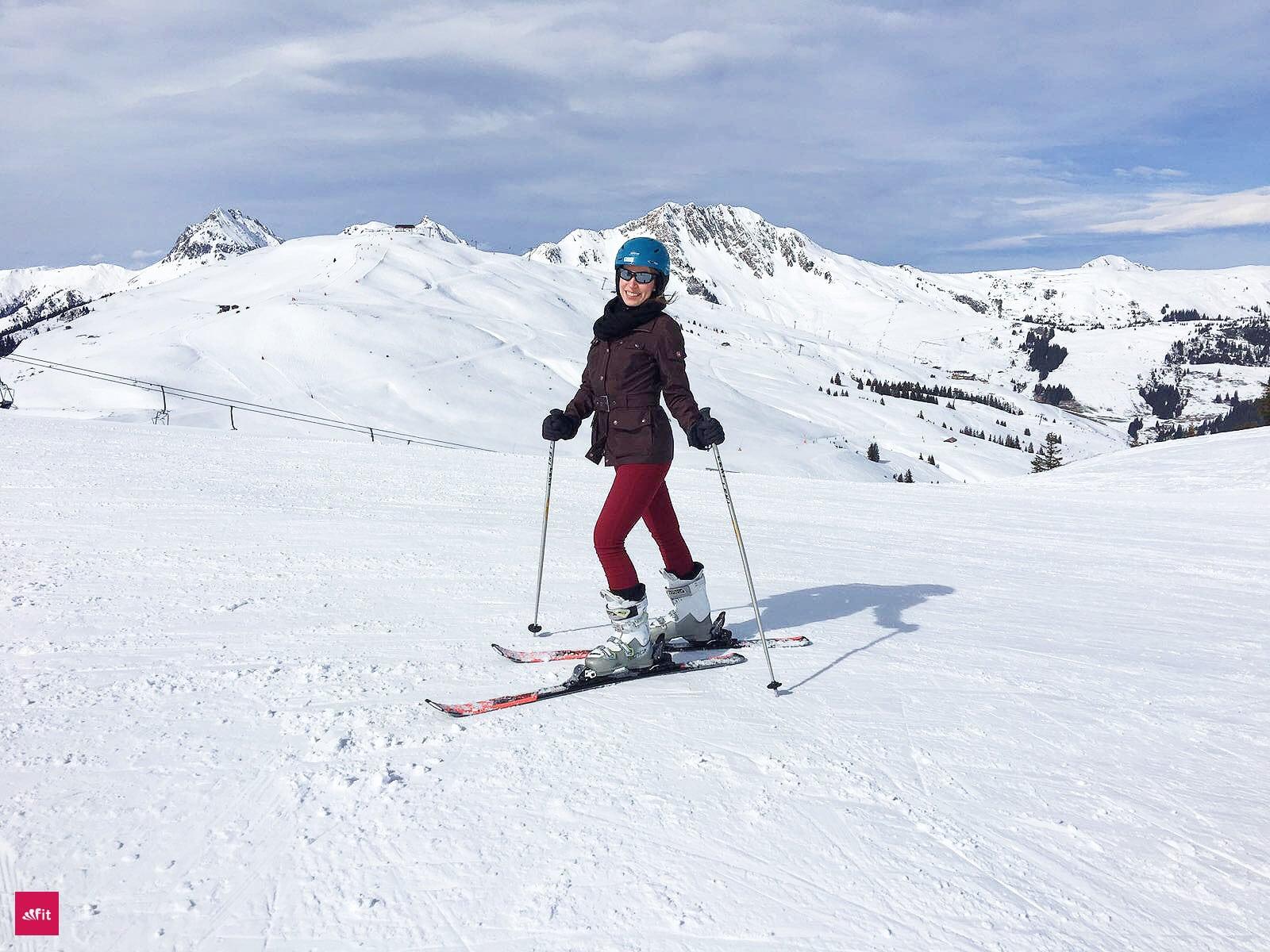 Apres Ski Survival Guide im Ski Urlaub - bei diesen Fallen solltest du aufpassen. Ich habe dir alle Tücken und Lösungen aufgelistet, Apres Ski Party Hits rausgesucht. Zudem wie viele Kalorien du beim Skifahren verbrennst. Beim Ski fahren ist das richtige Beintrainings wichtig. Achte auf deine Knie und mache diese Übungen. Falls du einen Kater von der Aires Ski Party hast, hilft dir dieses Superfood Pulver #ski