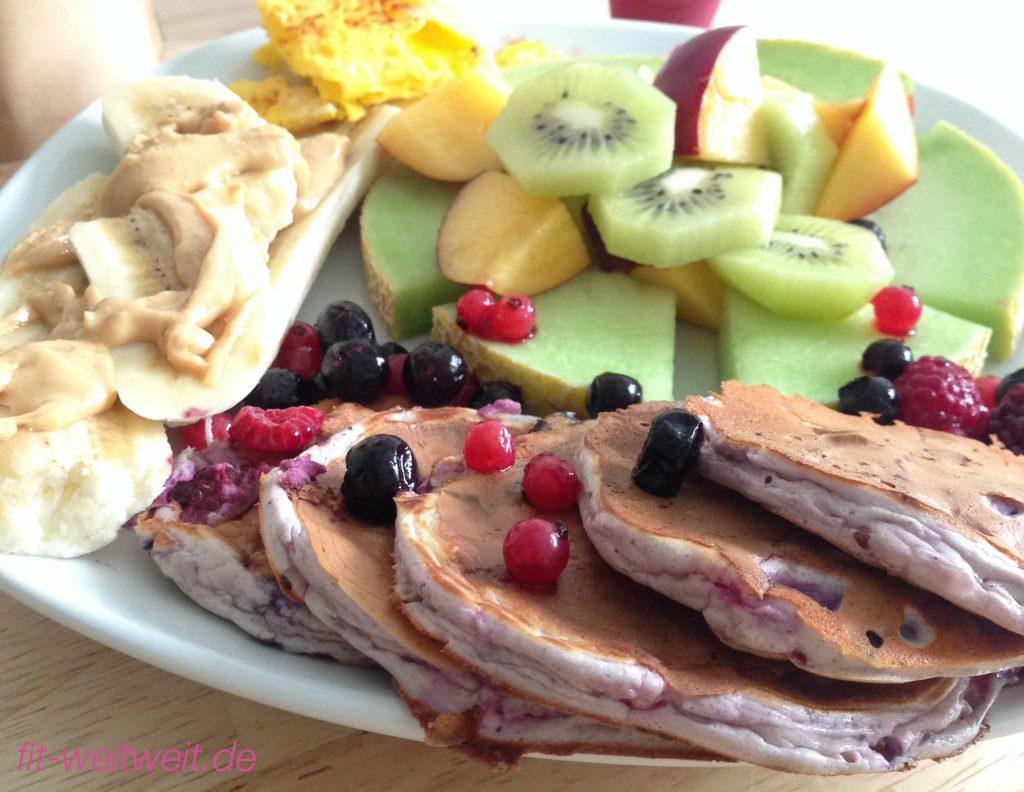 Fitness Frühstück Protein Pancakes mehr geht nicht ! Dieses Frühstück könnte ich nun jeden Tag futtern, die Zubereitung ist zu Beginn etwas aufwändig, aber sobald du es ab und zu mal zubereitet hast, desto zügiger wird es gehen. Woraus dein Fitness Frühstück bestehen könnte ein paar #Proteinpancakes ein Detox Tee Obst mit Vitaminen gute Fette Also alles am Start, wonach dein Körper so giert. Dauer der Zubereitung: 15-30 Minuten (also alles noch im Rahmen) Schwierigkeitsgrad: einfach (also für jeden sofort umsetzbar) Reicht für: 1 Mahlzeiten (eine große Mahlzeit) Zutaten: 1. #Protein #Pancakes