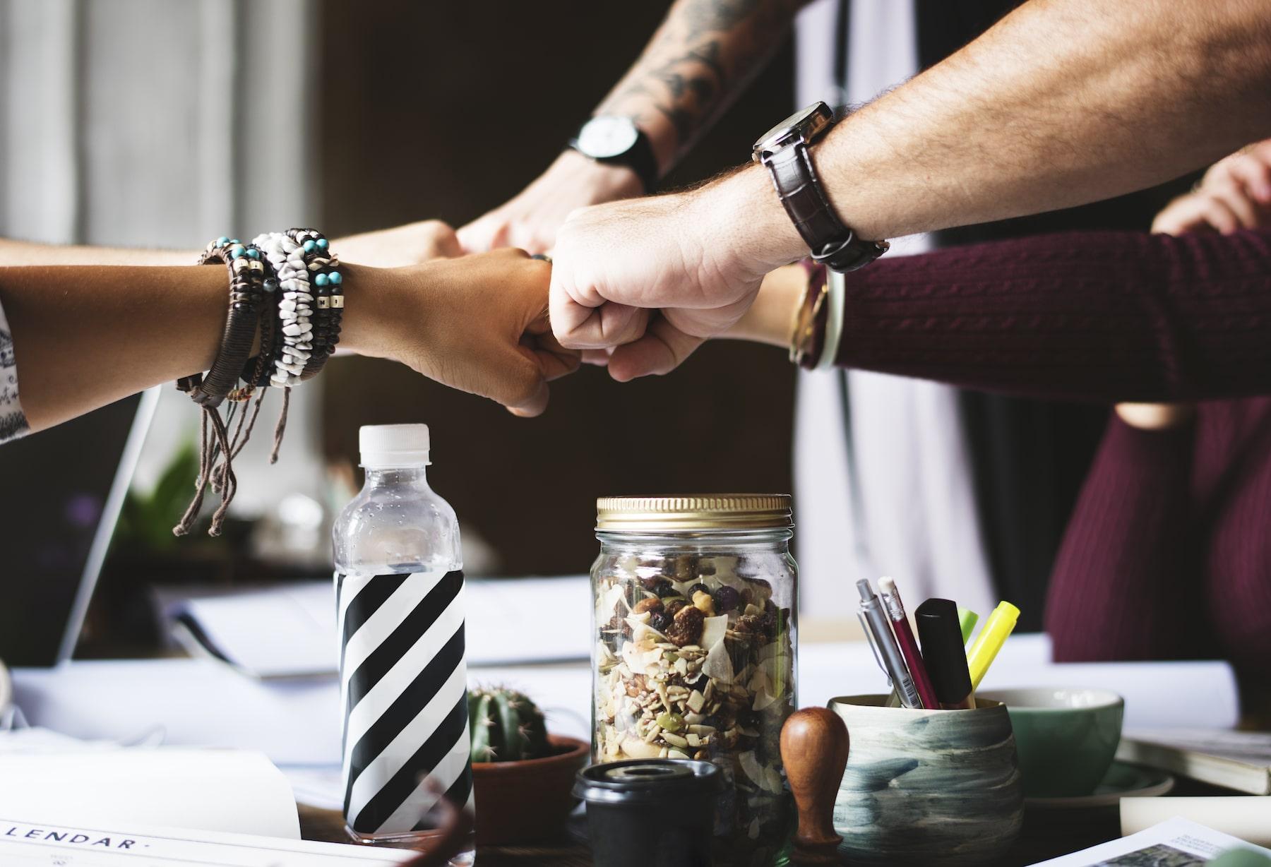 #Menschen, die immer nur #negativ denken, bremsen deinen #Erfolg. Merke dir: Die 5 Menschen, mit denen du am meisten Zeit verbringst, die prägen dich !! Du bist der Durchschnitt deiner 5 engsten Mitmenschen. Wähle sie mit Bedacht. Um frei zu sein und zu fliegen, musst du negative Menschen aus deinem Umfeld verbannen. Sei nicht dasOpfer deines Umfelds! Umgebe dich mit #Gewinnern und lasse los! #Freunde