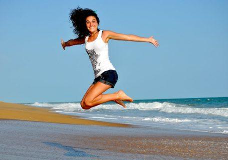 Wellness und Fitness im Alltag Tipps. Fitness im Alltag - wie soll das denn funktionieren?Man kommt ja so schon zu nichts.#Bewegung und Wellness sollst dunun auch nochintegrieren?!Auch bei diesem Themen (ähnlichbeimThema trinken) reden alle davon, wie easy es ist,doch wie setzen die Menschen das in der Realität um?Was kannst du exakt tun, um gesünder im Alltag zu leben?#Fitness im #Alltag durch diese 7 effektiven SOFORT- Tipps für Wellness und gute Laune