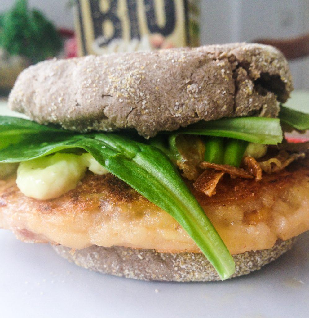 So kannst du einfach und schnell einen leckeren Veggieburger zubereiten. Eine Fleischersatz Alternative, die jedem schmeckt, auch nicht-Vegetariern. Gibt es in jedem Supermarkt.
