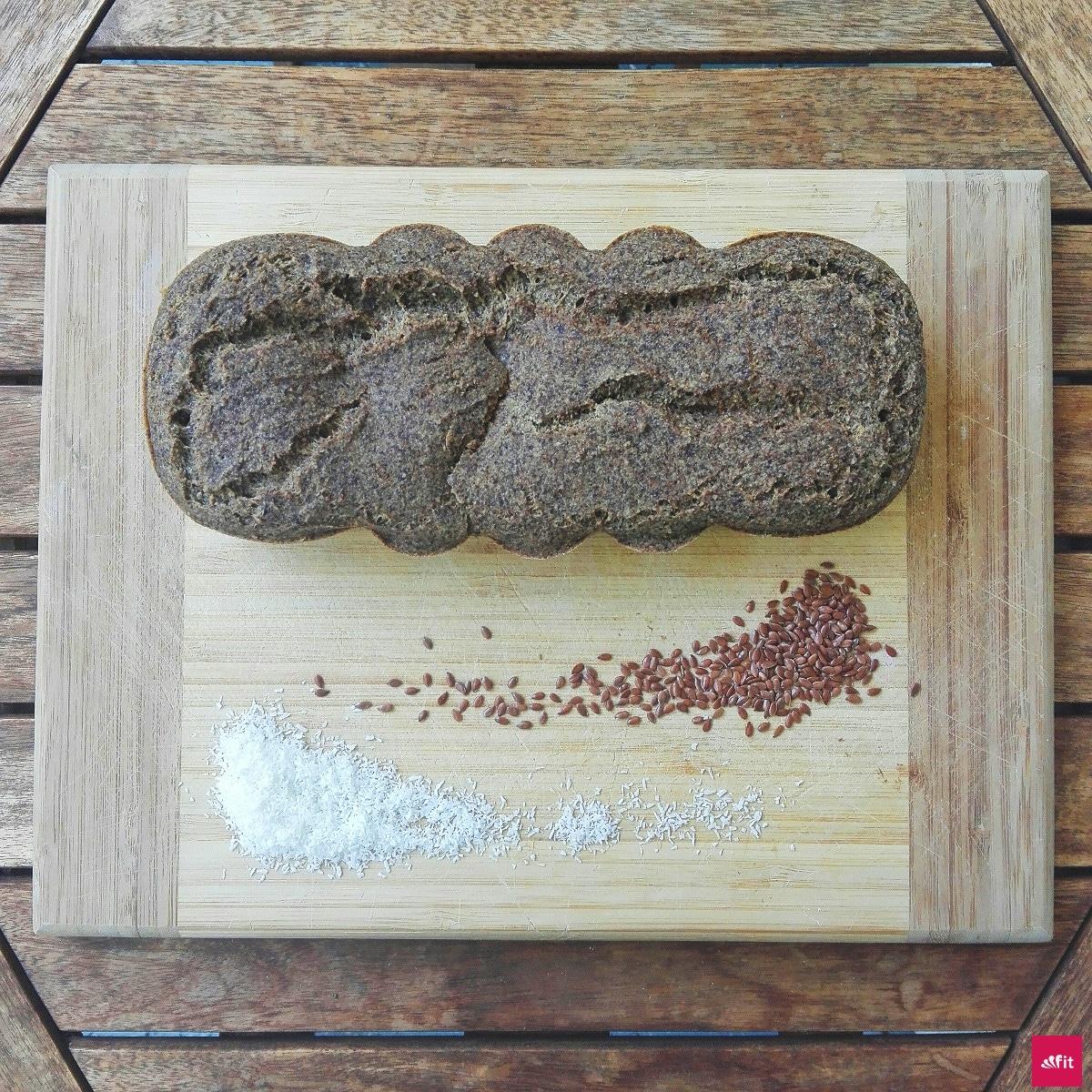 Ketogenes Brotganz einfach selber machen. In den meistenBrotensind Unmengen an Zucker, Kohlenhydrate und Weizen enthalten. Vielleicht hast du selbst eineGlutenunverträglichkeit- dann ist diesesketogene undglutunfreie#Brot #Rezeptfür dich genau richtig. #keto #ketogen #glutenfrei