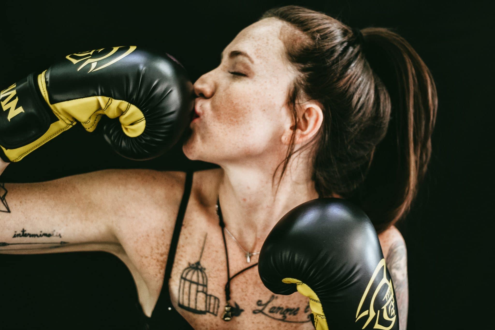Was denkt ein Mann im Fitnessstudio: Kennst du die Situation? Du bist im Fitnessstudio und trainierst. Und natürlich ist das andere Geschlecht auch vertreten. Doch was denkt ein #Mann, wenn er trainiert? Was denkt er über dich? Oder wenn er dich sieht, dir seine Hilfe anbietet? Wie könntest du ihn besser #verstehen. Womit könntest du ihn beeindrucken, ihn ansprechen und was kommt als Frau bei ihm garnicht gut an? #Gedanken