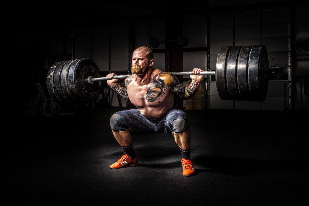 Was denkt ein Mann im Fitnessstudio hartes Training