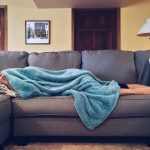 Workout für faule Frauen auf der Couch im Bett