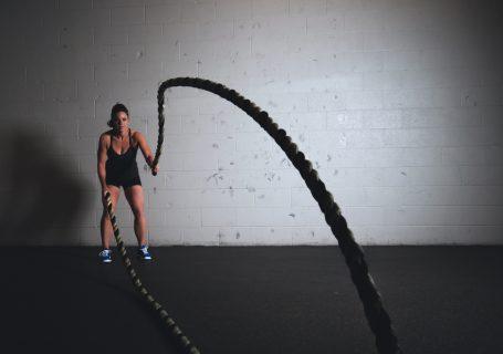 Was du machen kannst, wenn dich der Muskelkater stark erwischt hat. Diese 9 Tipps und Hausmittel werden dir helfen und deinen Muskelkater schneller verbessern können.
