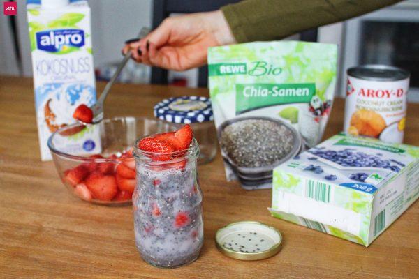 Veganer Chia Pudding mit Kokos: Essen schnell mit dieser Methode zubereiten (Uni, Büro und Food to go)