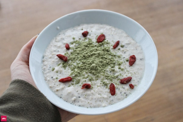 Leckeres Veganes Porridge mit Chlorella und Spirulina und Chia Samen. Warmes Frühstück schnell selber machen. Natürlich mit Superfoods. #cleaneating #eatclean #breakfast