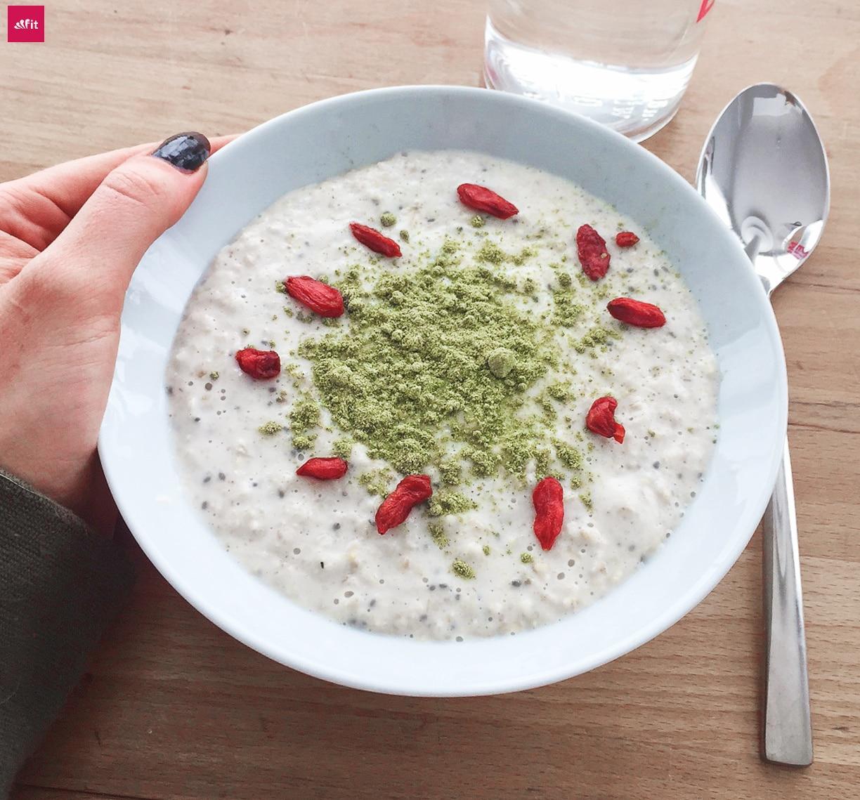 Oatmeal Frühstück vegan Kokos Chia Samen: Veganes Superfood Porridge mit Spirulina, Kokos, Chia und Chlorella: Angeheizt von meinem OatmealInstagram Rezept Post: Leckeres Veganes Porridge mit Chlorella und Spirulina und Chia Samen. Warmes Frühstück schnell selber machen. Natürlich mit Superfoods. #cleaneating #eatclean #breakfast #vegan