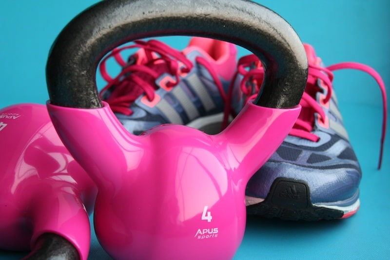 Kettlebells sind die effektivsten Fitnessgeräte und platzsparend für zuhause, um Muskeln aufzubauen (Muskelaufbau) Fett abzubauen an Bauch, Beine, Po und Arme.