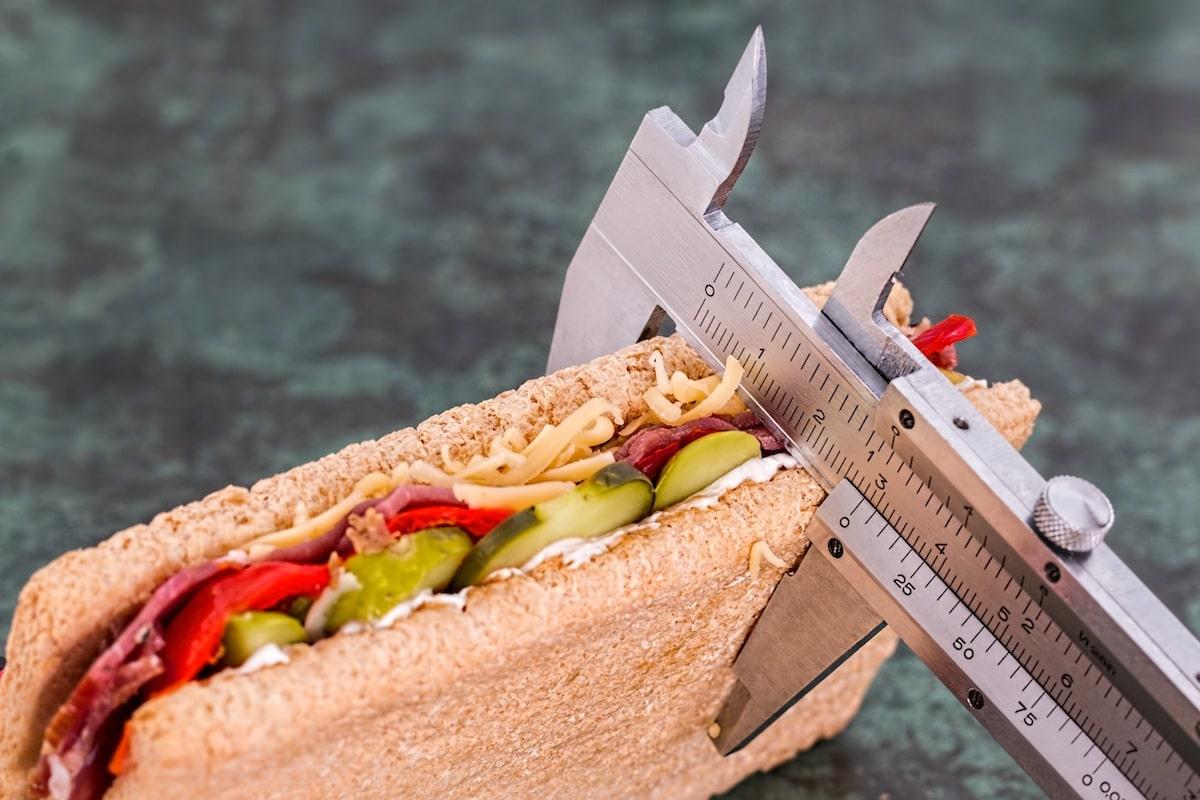 Wie Körperfett messen Test: Warum deine Waage lügt, worauf du besser achten solltest (Fett, Muskeln, Wasser), und wie du richtig dein Körperfett misst. Video...kannst du deine Trainingserfolge und dein Körperfett messen?