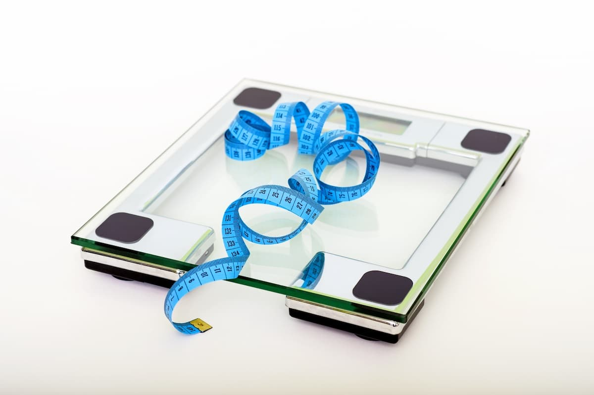 Körperfett messen Test: Warum deine Waage lügt, worauf du besser achten solltest (Fett, Muskeln, Wasser), und wie du richtig dein Körperfett misst. Video...