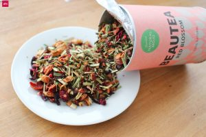 "RED BLOSSOM - Natural Mojo Happy Tea Set Erfahrung (Werbung) mit den Tee Sorten Sunrise Energy, Sunset Chill, Daily Comfort, Fruity Slim, Green Cleanse und dem Red Beauty. Gutschein 2018: 20 % Rabatt auf den gesamten Natural Mojo Shop mit dem Gutscheincode ""FITWELTWEIT20"""