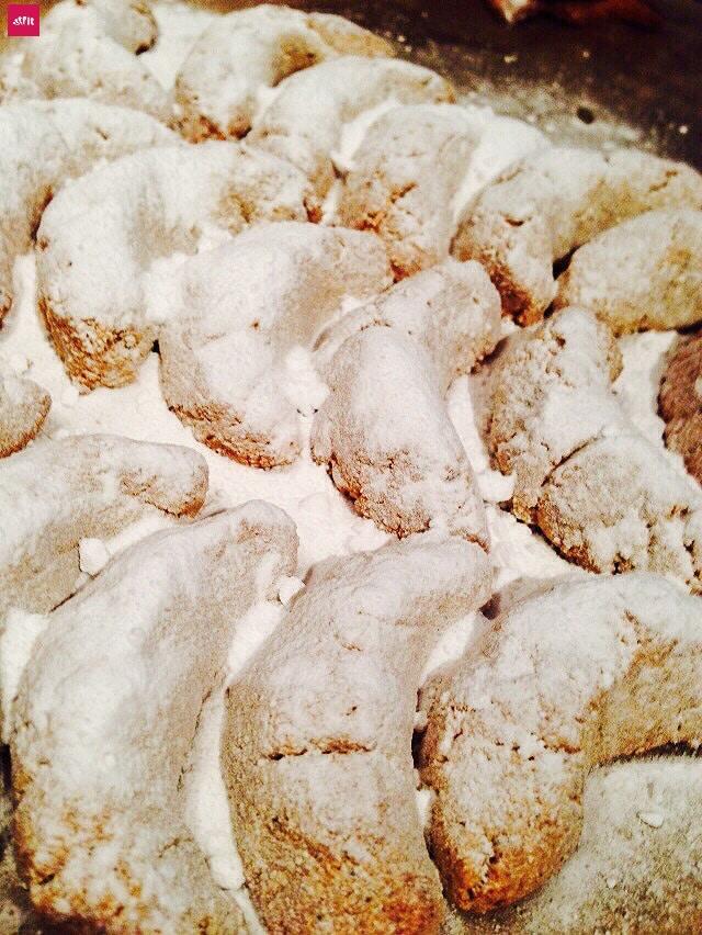 Rezept: Low Carb Vanillekipferl selber machen - wie das Original. Weihnachten ohne Zucker. Low Carb, Keto Rezept: Leckere Weihnachts-Vanille Kipferl Kekse. Vanillekipferln Rezept für Weihnachten, das gesund und einfach ist mit einer Art Mürbeteig. Geht schnell, ist zuckerfrei und ketogen.