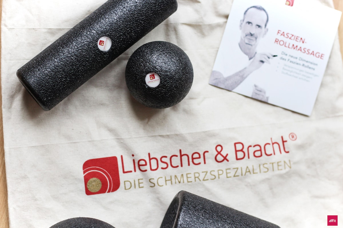 """Chronische Schmerzen in Knie, Rücken, Nacken verbessern. Faszienset von den Schmerzspezialisten Liebscher & Bracht@liebscher.bracht (Werbung) vor. Schmerzen: WÄHREND des Rollens oder im Nachhinein (Faszienkater). Fokus:Unterschiede DIESER Rollen, Vorteile, Anwendungen, Übungen #Faszienrollen & Faszienbälle. #Blackroll, #Triggerpoint#Foamroller, Alternativen. Mit dem Gutscheincode """"fitweltweit"""" = 15% Rabatt auf Liebscher & Bracht."""
