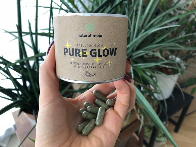 """Meine Erfahrung: Die Intention der neuen Pure Glow Caps zielt direkt auf die Haut, dass du vor oxidationen Stress geschützt bist und das Thema Anti-Anti und Re-Aging scheint im Mittelpunkt zu stehen, denn Zutaten wie Spirulina, Weizengras und Alfafa ... 20% Rabatt mit """"fitweltweit20"""""""