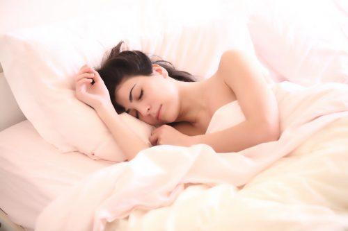 #Schlaf #gesund #Abendroutine #schlafen #Schlafstörungen #einschlafen #Routine Gewohnheiten vor dem Schlafengehen zum besser schlafen. 9 wertvolle Gewohnheiten vor dem #Schlafengehen, um dir eine gesunde Abendroutine angewöhnen. Der Vorteil dieser Routine ist, dass du einen gesünderen Schlaf hast, vollkommen abschalten kannst und morgens energiegeladen aufstehst. Zudem startet ebenso schon der kommende Tag relaxed und organisiert. Alle Tipps für eine gesunde Routine bekommst du auf dem Blog!
