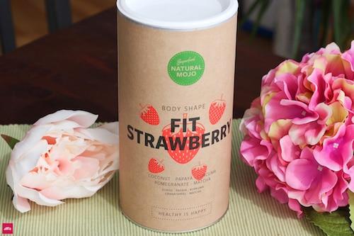 """Fit Strawberry Erfahrung Natural Mojo: Noch mehr Sommer geht nicht. Mit eiskalter Milch (ich nehme Hafermilch oder Vanille Hafermilch) schmeckt es einfach nach einem leckeren Milchshake. Mit der Vanille Milch schmeckt es wie """"Strawberry Cheesecake"""" von Ben & Jerry's. 40% Rabatt mit """"fitbox"""""""