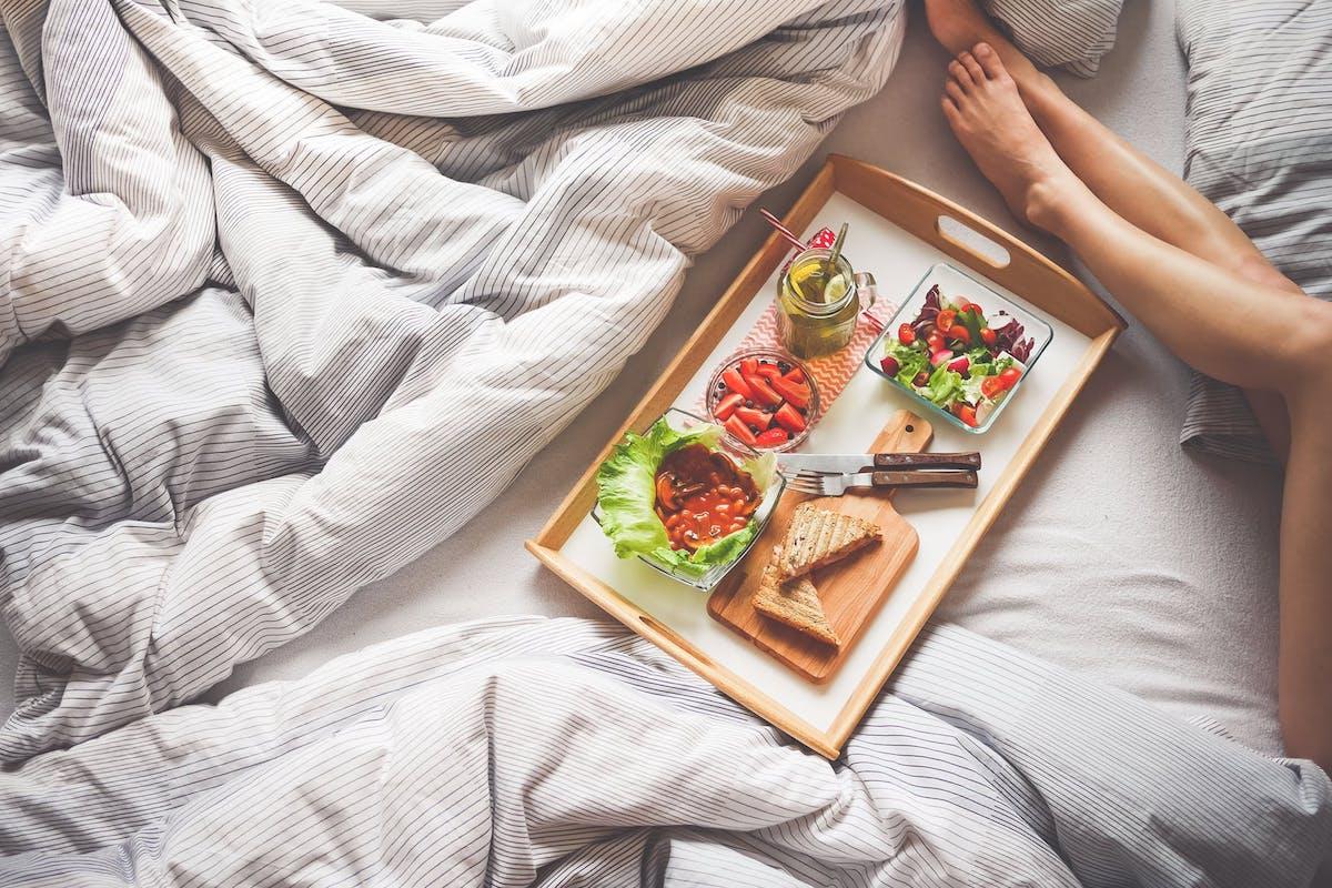 Die Diät lief super. Wie kannst du den Jojo Effekt vermeiden? Du hast dich diszipliniert und genau an deine Pläne gehalten. Die Rezepte gekocht, das #Training erfüllt und dennoch hast du nach Beendigung wieder das Gefühl, dass der#JojoEffekt zuschlagen wird und du an #Gewicht zunimmst. Wir haben im Natural Talk das Thema #Abnehmen, Jojo-Effekt, #Fett abnehmen und Gewicht halten genau besprochen. #Kalorien #Waage