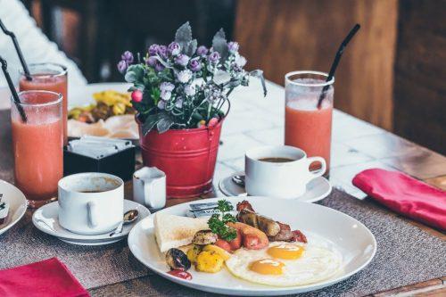 Ist es sinnvoll zu frühstücken? Welche Auswirkungen hat ein gesundes Frühstück auf deinen Körper? Der eine sagt dies, der andere das. Wie viel Zeit sollte zwischen Abendessen und Frühstück liegen? Wie wirkt sich das Essen eines gesunden Frühstücks auf die Art und Weise aus, wie der Körper Person morgens arbeitet? #Frühstück #Gesundheit #Ernährung #Auswirkungen #Pro #Kontra #Breakfast #gesund