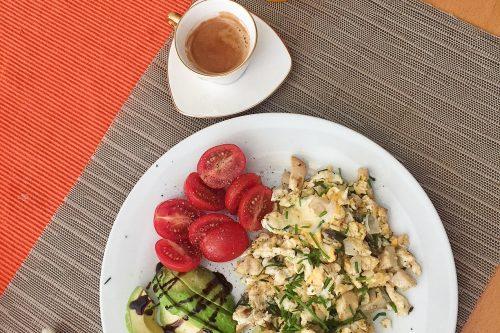 Heute gibt es für euch ein leckeres Rührei #Rezept mit Pilzen perfekt für ein Low Carb Frühstück. (Für 2 Personen).Zubereitungszeit 5-10 Minuten: #Rührei #Anleitung (Jungzwiebel und Kräuterseitlinge (auch andere Pilze möglich) anrösten, dann ...(Nicht zu lange warten bis man den Käse reingibt) #Lowcarb #abnehmen #keto #Frühstück #Breakfast #Pilze #Zubereitung #Rezepte #Stoffwechselkur #Stabilisationsphase