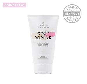 """Genau dafür hat Hello Body nun die sanfte Cozy Winter Cream entwickelt mit nährenden Wirkstoffenund einem süßen Duft nach Mandelöl und Zimt, die dich nicht nur in eine traumhafte Weihnachtsstimmung bringen, sondern auch noch sehr viel Feuchtigkeit spenden. 20% Rabatt mit dem Code """"fitweltweit"""" im Hello Body Shop. (Werbung) #Winter #Geschenke #Handcreme #Body #Frauen"""