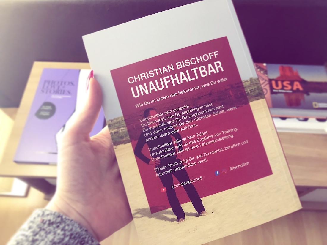 """Das neue Buch von Christian Bischoff """"UNAUFHALTBAR"""" ist erschienen. Christian kennt man vom Seminar """"Die Kunst dein Ding zu machen"""", wo ich letztes Jahr auch dran teilgenommen habe oder seinem gleichnamigen Podcast, seine Bücher (Besonders """"Selbstvertrauen""""), Seminare oder auch durch YouTube und Instagram."""