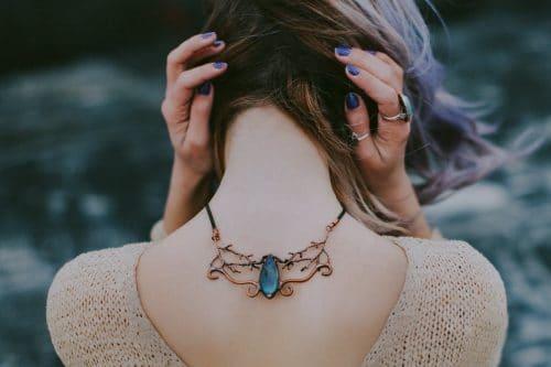 #Heilsteine haben eine magische #Wirkung und ich habe 12 #Edelsteine herausgesucht und zeige dir hier ihre #Bedeutung, gebe dir Informationen zu den Themen Heilung, Gebrauch und ihrer Bedeutung. Einige #Steine und #Kristalle sollen ihre Wirkung ganz besonders in Verbindung mit unseren 7 Chakren (Jetzt wird es spirituell ... kommst du noch mit?) in Einklang bringen und sollen somit auch Erkrankungen und Störungen der #Chakren