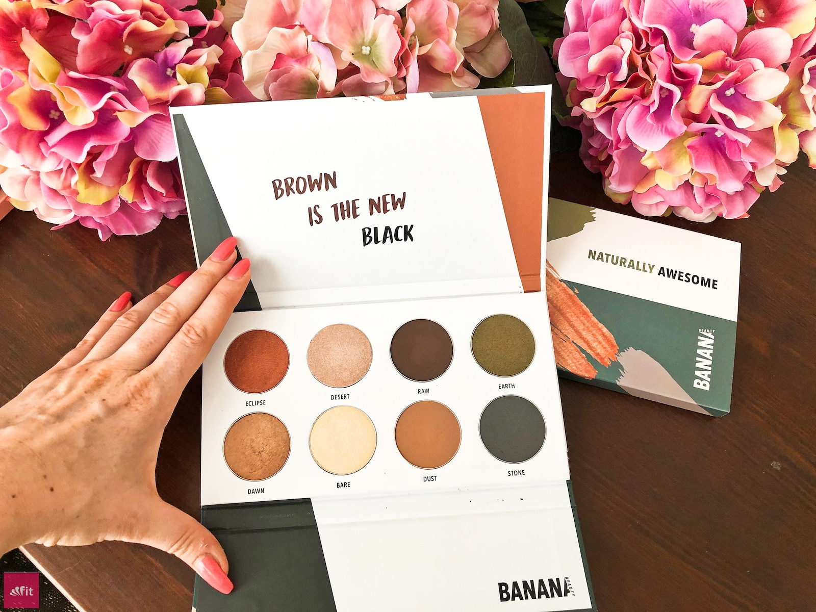 #BANANABEAUTY #EYESHADOW #IDEEN #LIDSCHATTEN #Beautyblog #Erfahrung mit der NATURALLY AWESOME PALETTE von Banana Beauty(Werbung) und meine #Erfahrungen, 8 verschiedene Lidschatten Farben, fast alle #vegan für ein natürliches #Augen #MakeUp auch für deine #Hochzeit, #Geburtstag.Eyeshadow Paletten Erfahrungsbericht für blaue Augen, braune Augen und grüne Augen. Bewertung der Eyeshadow Banana Beauty Sets. Spare bis zu 40% #Rabatt im Online Shop siehe Blogpost(Gutschein Code: fitweltweit)