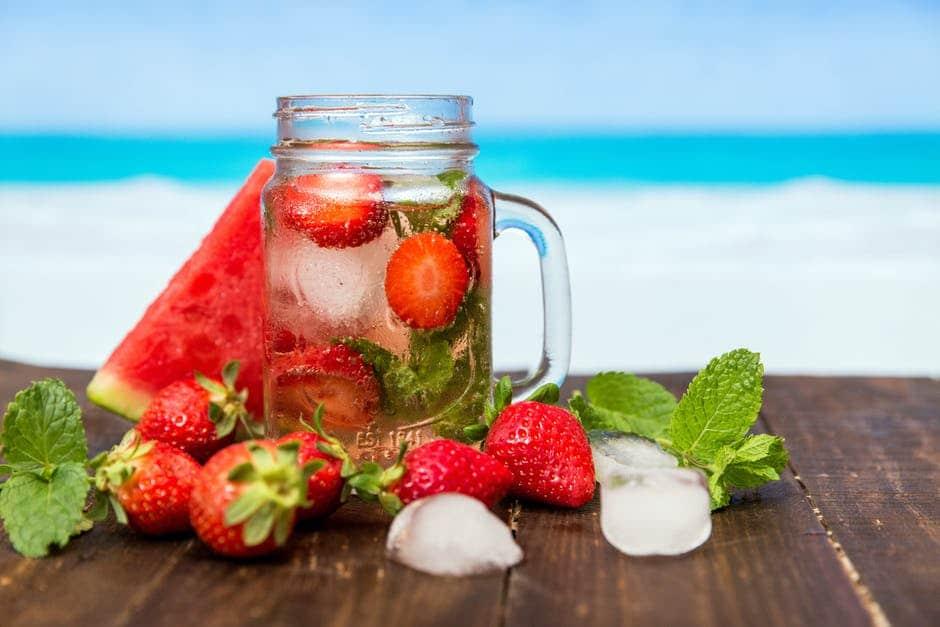 #Sommer #Rezept #Abnehmen #Zuckerfrei #alkoholfrei #Gesundheit #Grillparty Leckere Sommer Bowle mit frischen #Erdbeeren und #Waldmeister ganz einfach selber machen: Erdbeerbowle mit Waldmeister. Alkoholfreie Bowle für #Kinder geeignet. Gesundes Bowle Rezept für deine Grillparty. #Bowle Erfrischung im Sommer. Erdbeeren Rezept und schnelles Erdbeeren Rezept. Weitere Erdbeeren Rezepte für #Erdbeereis, Pudding und #Smoothies gibt es auf dem Blog. vegane Rezepte #vegan #Erfrsichung