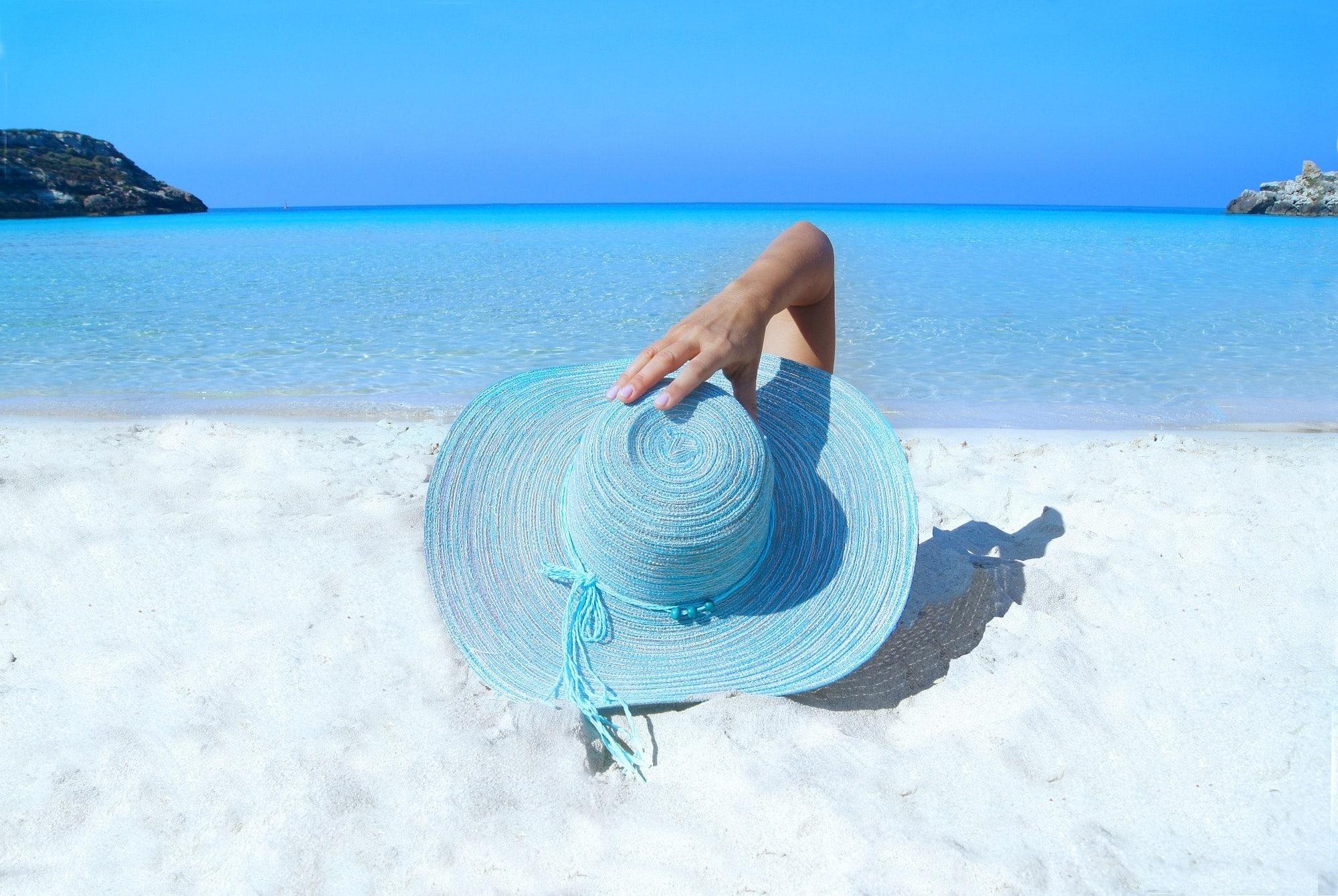 #SOMMERFERIEN #SOMMER #FERIEN #SONNENBRAND #SONNENSTICH #FIEBER #HALSSCHMERZEN #HAUSMITTEL #GESUNDHEIT // 8 Erste Hilfe Tipps im Urlaub bei Fieber, Sonnenstich, Sonnenbrand und Halsschmerzen: Egal, ob Sonnenstich durch Hitze oder Schmerzen durch die Klimaanlage:Was du tun kannst, wenn du im Sommer einen Sonnenstich bekommst, die Klimaanlage dich krank macht oder du morgens mit dicken Mandeln und Halsschmerzen auswachst, aber keine Medikamente dabei hast, wirst du in diesem Artikel erfahren.