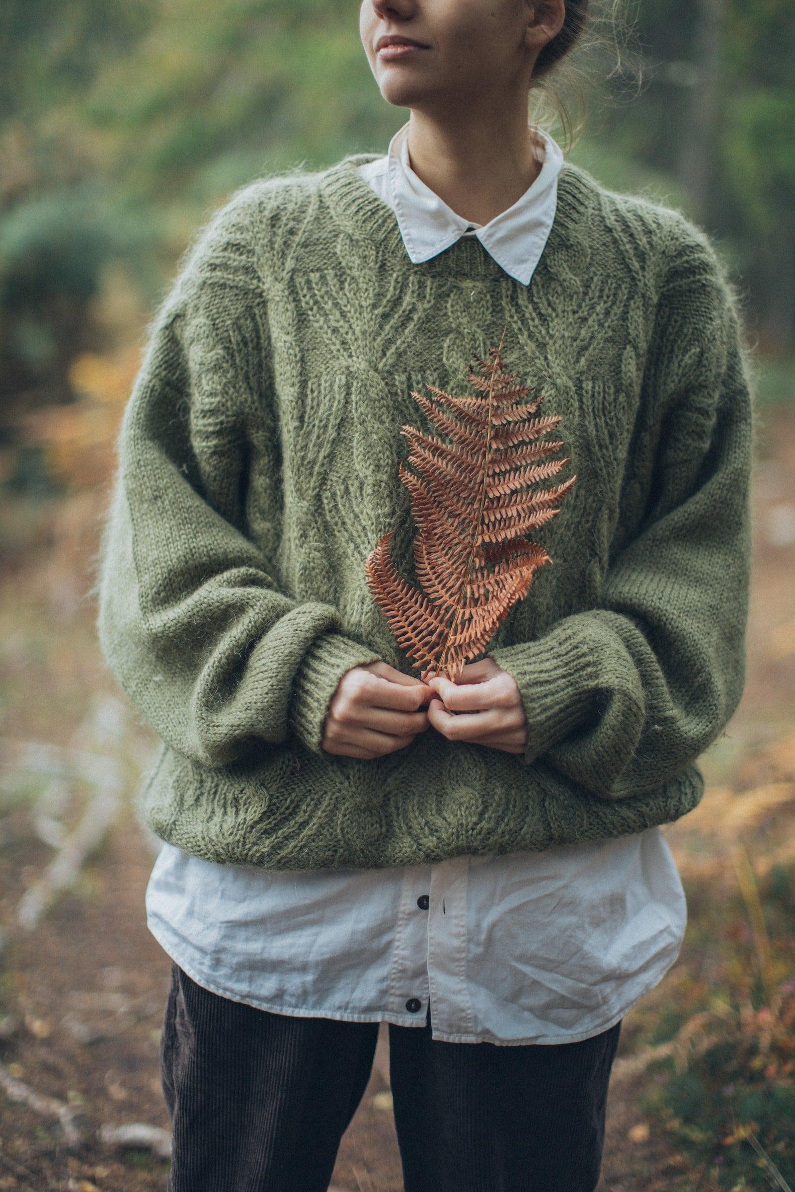 Herbst Outfit Damen - Herbst Freude: Nun kann ich endlich wieder meine Herbstkleidung heraus kramen. Zwar habe ich während meiner Minimalismus Phase sehr viel weggeschmissen, gespendet und aussortiert, aber seit Wochen freue ich mich auf meine Lieblings - Hoodies, Pullover, Windbreaker, Parker, Sneaker, Caps und Mützen. #Herbst #Fashion #Hoodie #Sweater #Mütze
