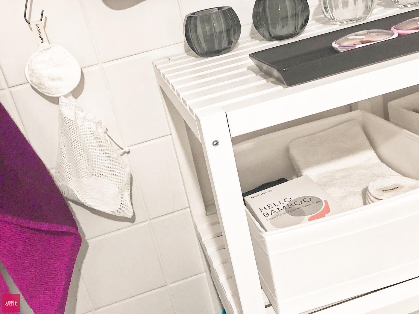 Die Anwendung der Pads ist sehr einfach und sie sind sehr angenehm. Sie nehmen den Gesichtsreiniger, den Toner das flüssige AHA-Gesichtspeeling oder das Mizellenwasser sehr gut auf, aber geben es auch den Großteil der Menge wieder an die Haut ab.Also super Empfehlung. Auch wasserfestes Make Up geht mit Hilfe des Sarah's Choice ab. Nach dem Waschen sind die kleinen Pads (größer als herkömmliche Pads) wieder sauber. Allerdings musst du die kleinen Knäulchen im nassen Zustand schon mal zum Trocken glatt streichen.