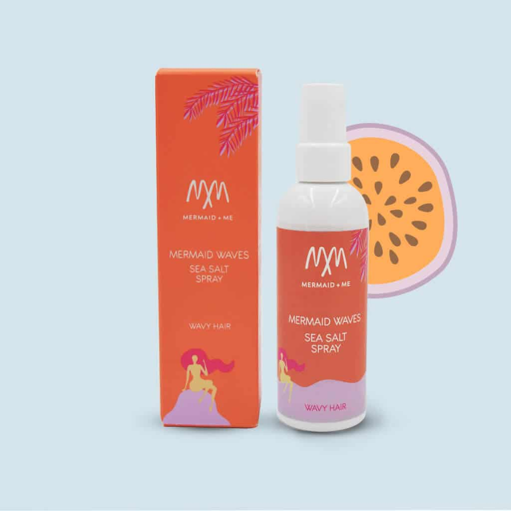 "Mermaid and Me Hair Spray Erfahrungen: Wavy Hair SEA SALT Spray Wavy Hair  für Beach Waves (Werbung). Das  Mermaid Waves SEA SALT SPRAY für Wavy Hair (alle Mermaid+Me Hair Sprays). Nutze den Code ""CATHI25"" und du bekommst 25% Rabatt auf den gesamten Shop, alle Sets und alle Produkte."