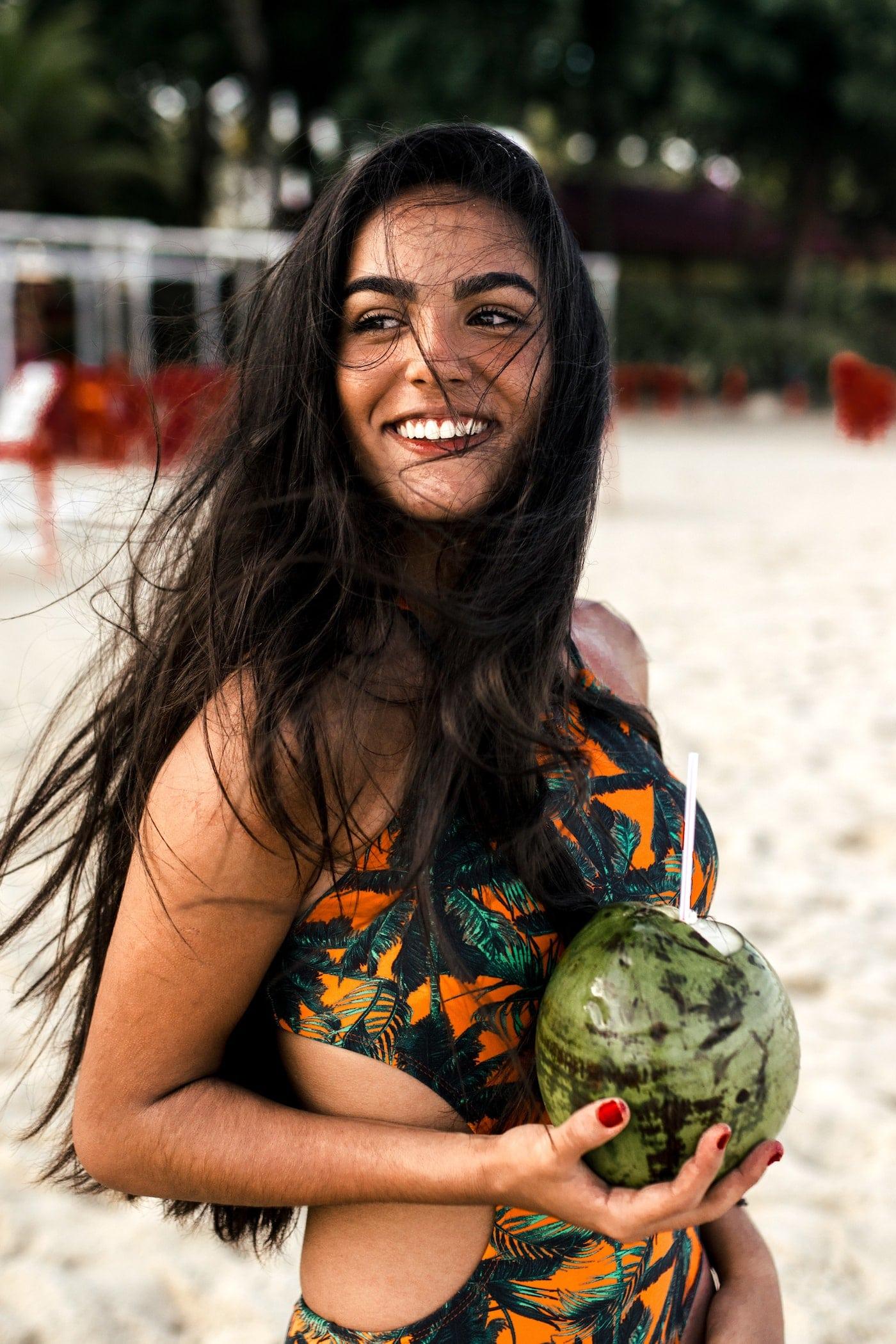 Wirkung #Kokosöl für deine #Haare: Versorgt deine Haare mit extremer Feuchtigkeit liefert Mineralstoffe, die deine Haare pflegen und präventiv vor #Spliss und Haarbruch schützen können. Beim Einmassieren in die Kopfhaut können die Mineralien und Spurenelemente in die #Kopfhaut eindringen und so auch das Haarwachstum ankurbeln. So kann es auch #Haarausfall entgegenwirken, weil deine Haarwurzeln mit Mineralien versorgt und auch stimuliert werden und deine Haare gleichmäßig nachwachsen können.