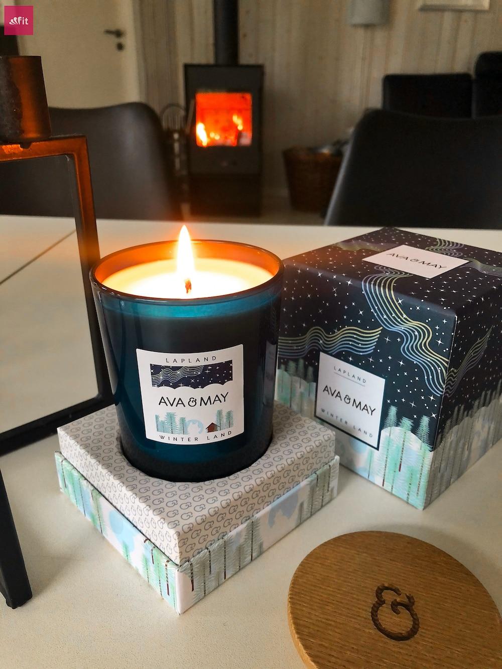 """#Duftkerze #Lappland Ava May #Kerze Winter #Cabin– DieWinterland Duftkerzeriecht hölzern,rauchig undherbnach dunklerenDuftnoten wie Weihrauch, Zeder und schwarzem Pfeffer. Einfach total angenehm, entspannend und natürlich waldig. // Eigenschaften: 100% Soja-Wachs, 40 Stunden Brenndauer, Echtholzdeckel - auch perfekt als Untersetzer geeignet #Duftkerzen #Wohnzimmer #cozy #badezimmer #wohnung #wohnen #design #deko #dekoration #reisen Ava & May Shop mit dem Code """"fitweltweit"""" 30% Rabatt (Werbung)"""