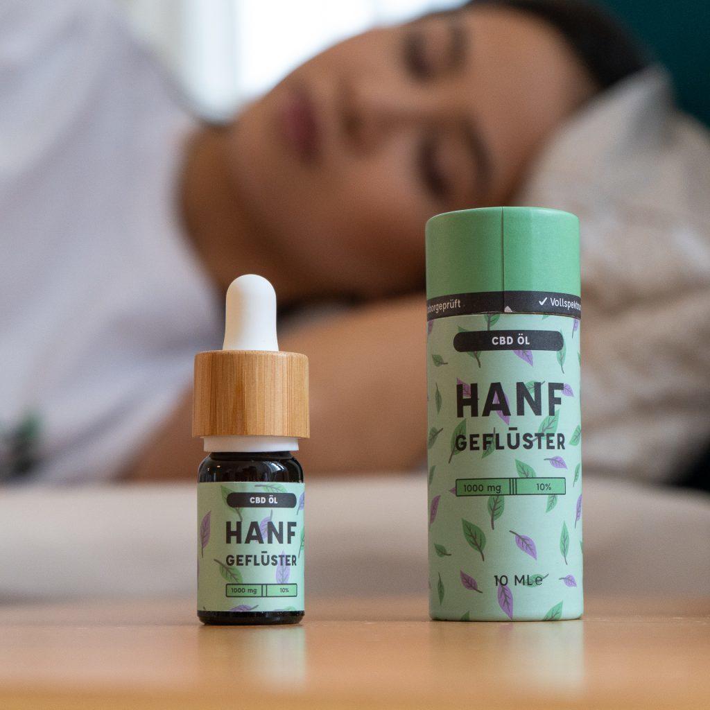 Beim Einschlafen kann CBD Öl sehr gut helfen. Es kann deinen Körper beruhigen und ihm dadurch eine Entspannung ermöglichen, die dich leichter einschlafen lässt.